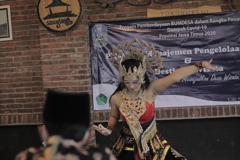 Pertunjukan-tarian-di-Sarasehan-Sinergitas-Elemen-untuk-Desa-Wisata-Torongrejo-yang-diadakan-oleh-BUMDes-Berkah-TorongrejoJPG